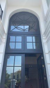 ניקוי חלונות גבוהים בבית פרטי